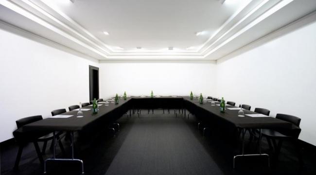 Sala de reuniones y conferencias en hotel clarin oviedo for Sala de reuniones